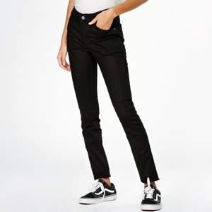 Säljer dessa snygga svarta jeans från Cheap Monday!🖤 De är storlek 27 men tyvärr för små för mig. Skulle säga att de passar XS-S 🥰 Vill bara bli av med dem som buda valfri summa! Originalpris: 400kr🌱