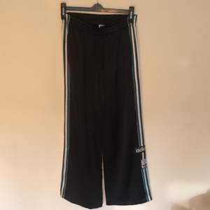 Svarta Adidas popper pants med gröna strecka. Resår i midjan och endast fickor fram. Köpta i Berlin och vart mycket uppskattade. Frakt till kommer.