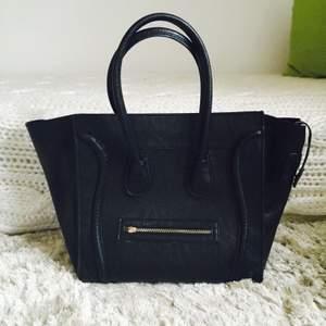 Väskan är endast använd ett fåtal gånger. Själva greppet om dragkedjan har lossnat, men det går enkelt att fästa någon annan snygg detalj där istället. I övrigat är den i fint  skick:) Köpt för 700kr!
