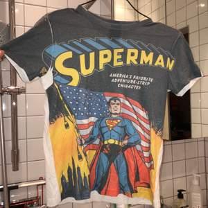 Tshirt med superman-motiv. sitter ganska tajt men skönt material, motsvarar en xs/ s 👍🏼frakt ingår