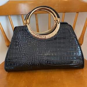 Svart väska i lack och krokodilimitation, köpt second hand!