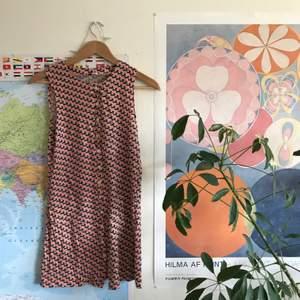 Finaste klänningen!! Smutsrosa med hundmönster 🥺🥺🥺💞💞💞 Knappar hela vägen så man kan också ha den öppen som typ skjorta!