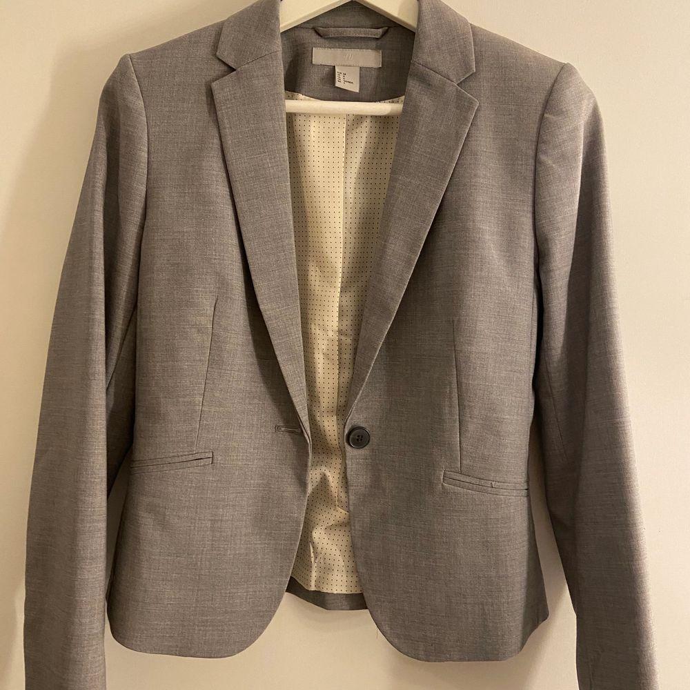 Helt oanvänd kavaj från HM, köparen står för ev frakt . Kostymer.