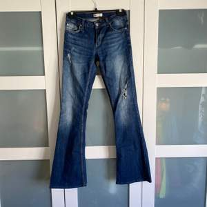 Säljer mina mörkblå bootcut jeans från giantricot i storlek 34!