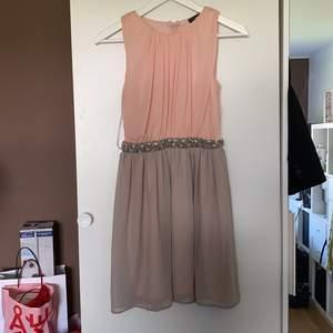 Helt ny klänning med prislapp på från Primark😍 Passar även för dem med stl 36. Köpt för ett tag sen och har endast provats på! Köparen står för frakten!