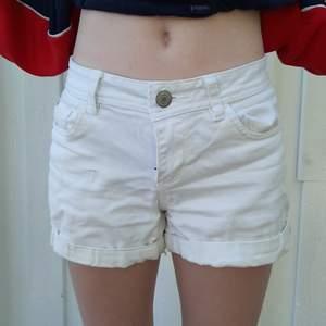 Säljer dom här vita shortsen från denim. Är lite skadade och har en fläck på högra benet. 🥰❤