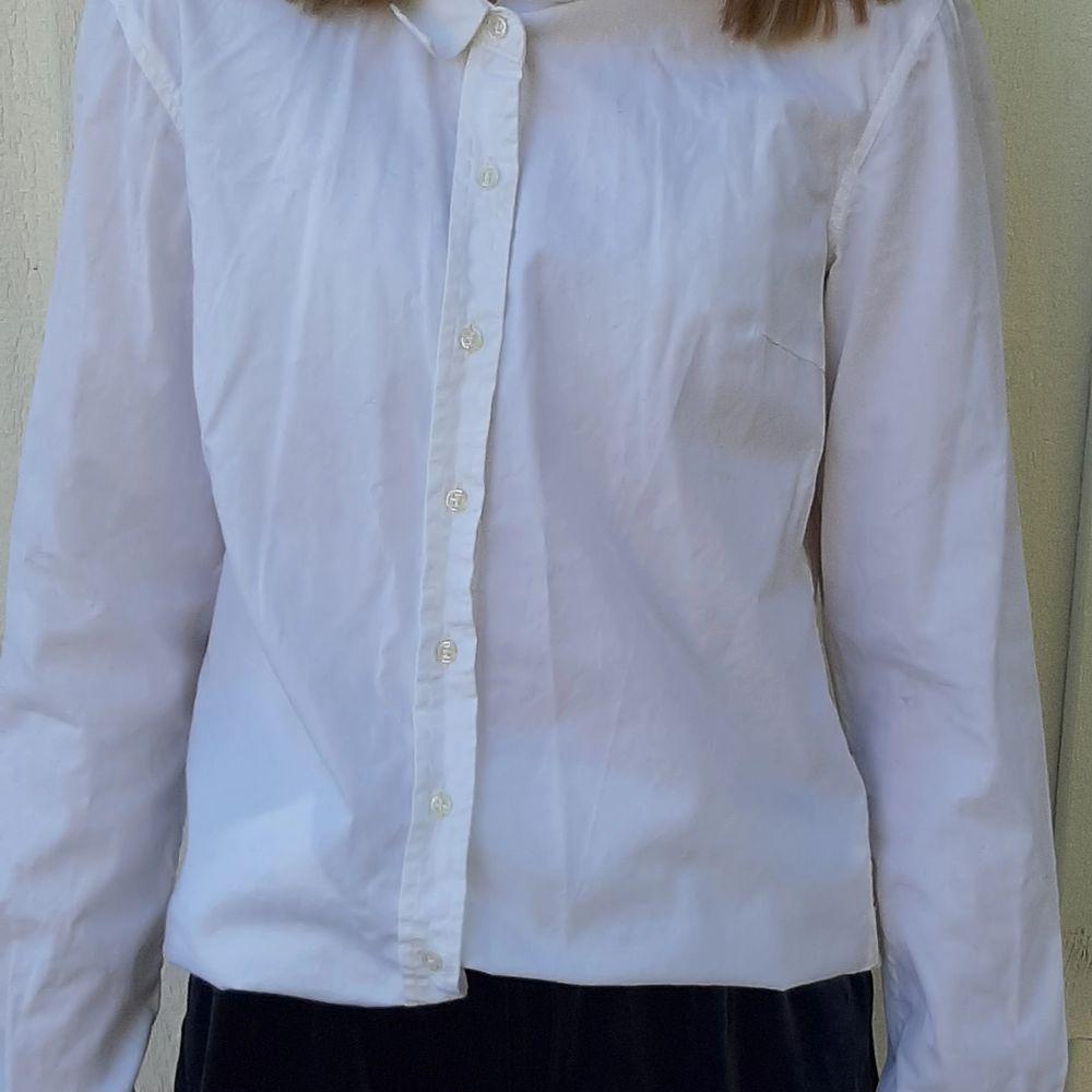 Säljer denna vita skjorta från Cubus. Säljer den för att den är för liten. Är i god skick. Frakt tillkommer 🥰❤. Skjortor.