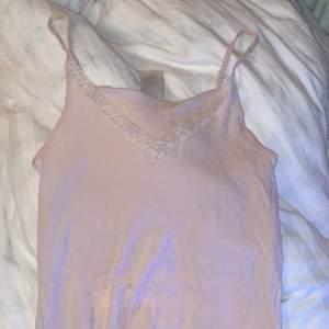 Ett par rosa pyjamasshorts och ett matchande linne  i storlek M, helt oanvända. Passar L och XL pga strechigt material