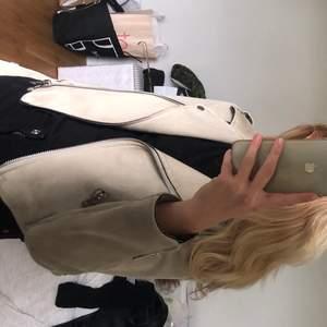 Knappt använd mocka jacka från Zara. Tillkommer ett bälte som inte finns med på bilderna. Strl S