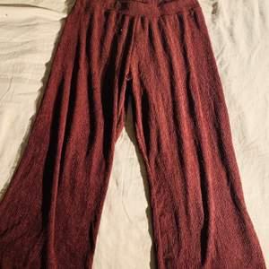 Vinröda vida byxor från Gina tricot. Storlek L men stretchiga i midjan så skulle säga att de passar L/Xl. Halvlånga i benen för person som är 160 cm lång. Använda 2 gånger så inga slitage eller märken. Sista bilden ger rättvis färg!
