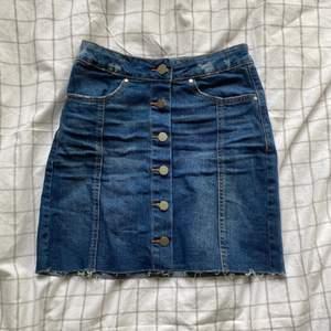 Fin blå jeanskjol. Använd bara en gång. Från Gina tricot men köpt på zalando. Strl: 34. Pris + frakt