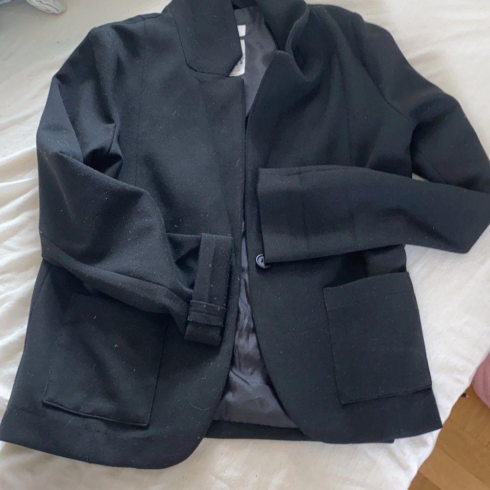Jättefin kavaj från HM stl XS 🥰 Kan verkligen rekommendera den! Frakten står inte jag för:) . Kostymer.