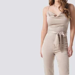 Superfin jumpsuit i silke från nakd. Den är från hanna Licious kollektion. Använd endast en gång för ett år sen. Superfint skick! Frakt tillkommer