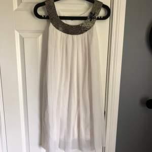 Vit snygg klänning med detaljer och härligt svall från Saint Tropez i storlek xs. Fint skick. Porto 63kr