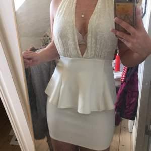Härlig och vit klänning till sommaren eller studenten! Har små fläckar på framsidan som säkert går att få bort med vanish eller galltvål, har aldrig försökt få bort dom. Lite tajt på mig i rumpområdet. Köparen står för frakten.