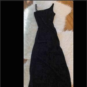 Lång klänning. Öppet på vänstersidan.
