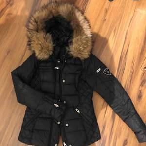 Svart Rock and blue jacka med äkta päls. Köpt på Rock and Blue butiken i Malmö.  Endast använd en vinter!! Pris kan diskuteras!!