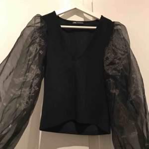 Skiit snyygg & populär tröja från Zara! endast använd ett par gånger. Den är i strl M men passar även S superbra då den är stretchig & superskön, inköpt för 399 för någon månad sedan!