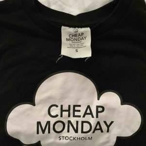 Cheap Monday tröja i storlek S. Längden är ungefär till naveln (beroende på hur lång man är men poängen är att det är en lite kortare tröja) och har ungefär trekvartslånga ärmar. Säljer för 50kr (+frakt)