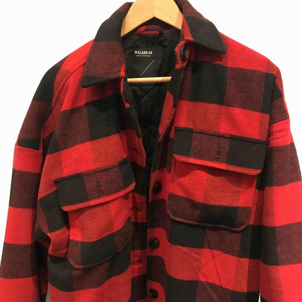 Säljer min rutiga jacka i storlek S. Använd max 3 ggr. Tjockt material och varm👍🏼  Nypris: 600kr. Jackor.