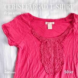 Stark rödrosa, cerisefärgad t-shirt från ellos. Nästan aldrig använd. Köpren står för frakt!