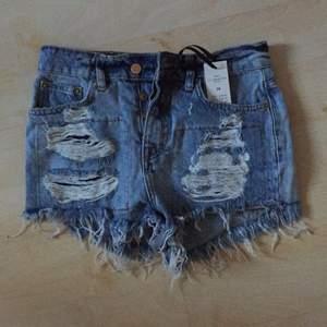 Slitna jeansshorts från Gina T. Köpte 2 par för att testa hemma och glömde lämna tillbaka det andra paret. Legat i garderoben några säsonger så säljer dessa nu. Sjukt snygga och bekväma! Hög midja. Älskar mitt andra par! Nypris 349:-