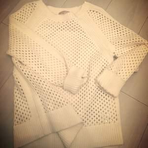 En gång använd äkta Michael kors tröja. Nypris 1399 säljes för 600kr vit färg.