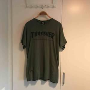 T-shirt från Thrasher i bra skick, finns i Stockholm alternativt postar, köpare står för frakt.
