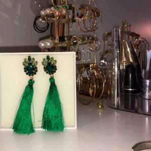 Gröna tasselörhängen!🤩hämtas i Stockholm eller fraktas❤️ asken ingår ej😬🥰