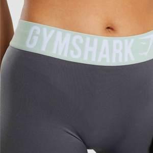 Säljer mina gråa leggings från gymshark i strl S pågrund av att dom aldrig kommer till användning, så helt nya och oanvända. Obs, fraktar endast och fraktavgiften ingår i priset.