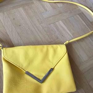 En fin gul skinnväska, med magnet. Helt oanvänd
