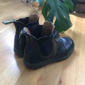 Dr Martens Chelsea boots, svart läder. Slitna men fortfarande snygga!