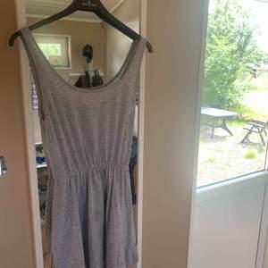 En lätt grå klänning ifrån bik bok, väl använd. Skönt material och inte så tight, storlek S.💕💞😊