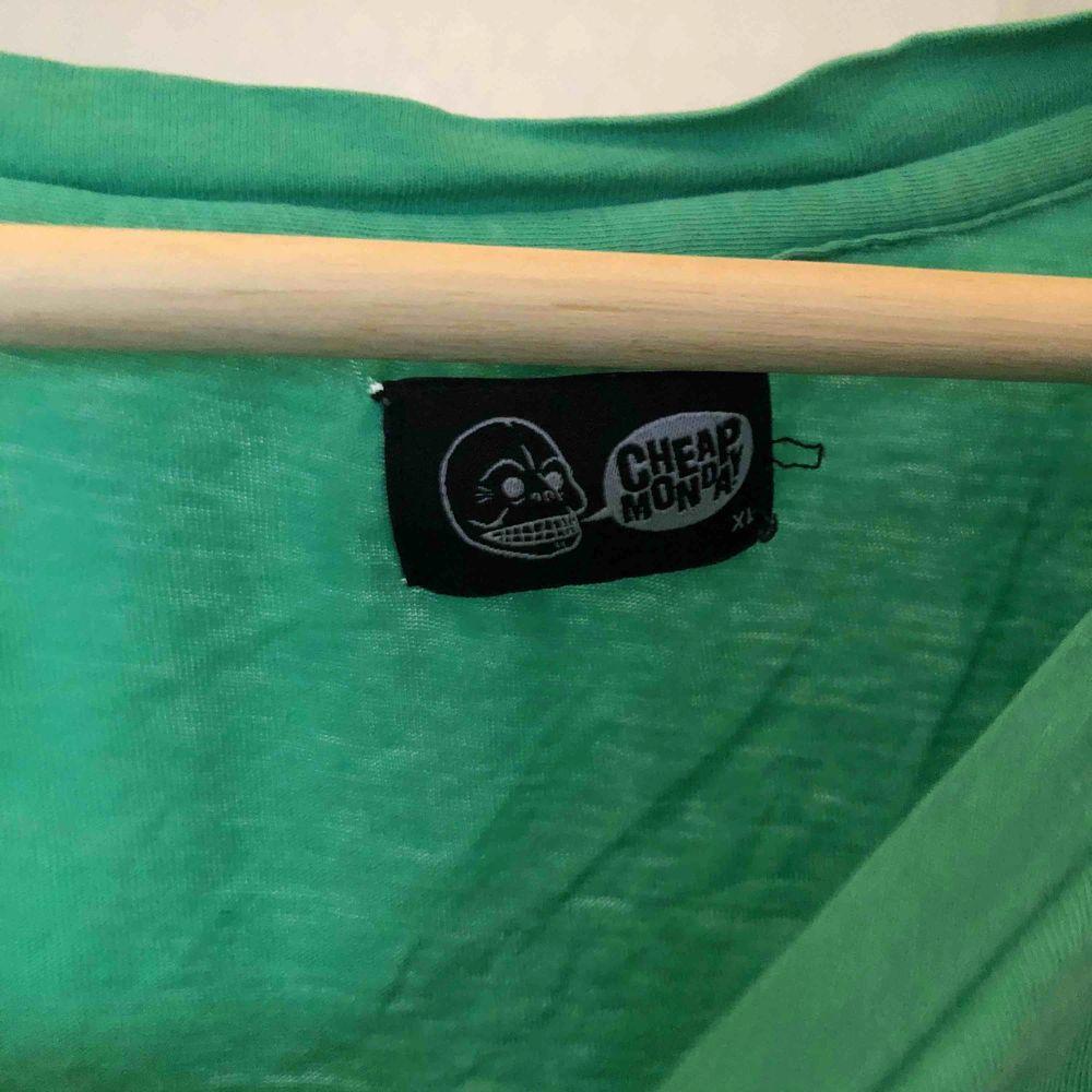 snygg tshirt från cheap money med coolt tryck  har ett hål på baksidan och två småååå på framsidan därav priset. T-shirts.