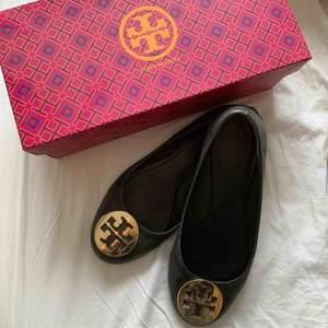 Tory burch ballerina skor i storlek 37 lite slitna i hälen annars hur fina som helst!