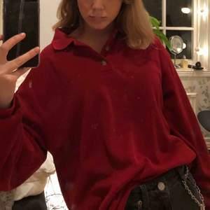 Snygg oversized röd tröja, välanvänd, köpt på second hand. Några små hål bakom kragen som inte synd när man har på sig den🪐Kan mötas i Stockholm eller så tillkommer frakt😇