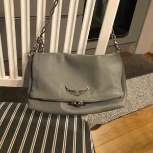 Zadig & Voltaire väska modell större. Köpt på annexet i Helsingborg i Mars 2019. Ganska sparsamt använd, inga synliga märken av användning. Köpare står för frakt.