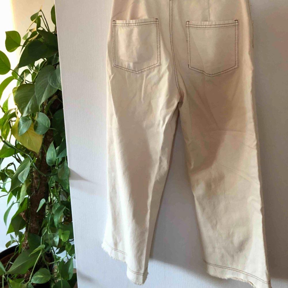 Skitsnygga jeans från Bersha med snygga detaljer, ankel långa med slitningar nedtill, aldrig använda med prislapp kvar, små i storleken så passar en 38a💖. Jeans & Byxor.