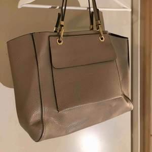 Snygg väska från zara, mycket rymlig och är i en medel size men det får plats dator osv. Använd Max 3 ggr.