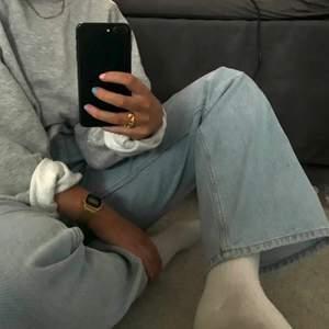 Ljusblå, utsvängda jeans från & Other Stories som inte säljs längre, de har lite stretch i sig!💕 Går ned till fötterna på mig som är 1.70. I nyskick, säljer pga. Att de tyvärr blivit för små. Köparen står för frakt! Nypris 690