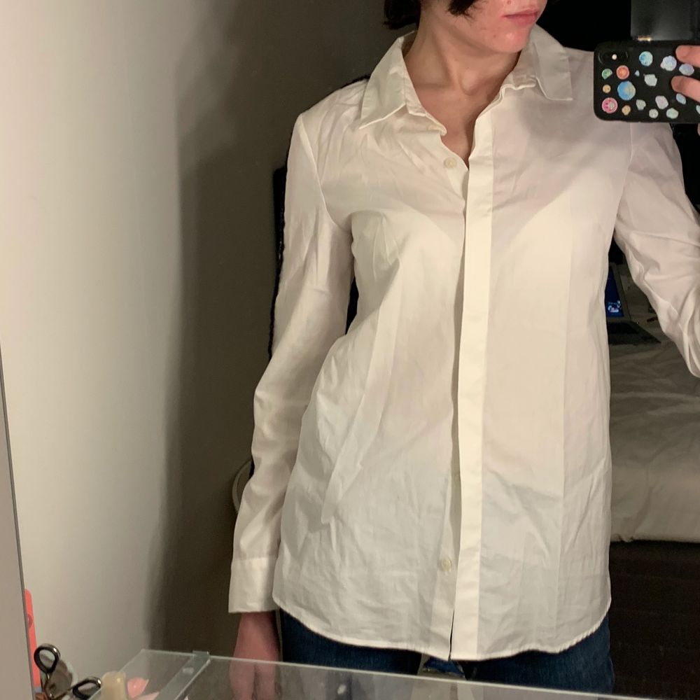 Vit oversized skjorta med blåvita-stripes på armarna. Aldrig använd. . Skjortor.