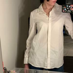 Vit oversized skjorta med blåvita-stripes på armarna. Aldrig använd.