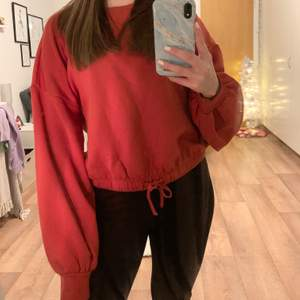 Röd sweatshirt med ballongarmar, det går att spänna i midjan med snöret, knappt använd, frakt tillkommer ❤️