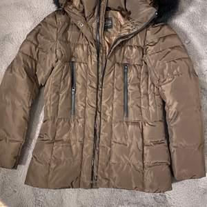 Säljer denna jackan då den inte kommer till användning, nästan helt ny! Passar både XS och S.