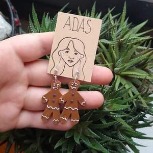 Perfekta till jul, hemmagjorda av polymer lera, har massor av örhängen på ig @adas_workshop. Skickar i Sverige för 10 kr men kan också mötas runt möllan Malmö