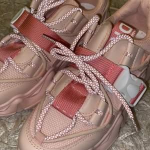 Super snygga rosa sneakers, helt oanvända storlek 37/38.