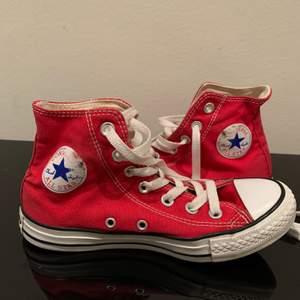 Röda converse skor, väldigt vita men lite slitna från användning. BUDA i kommentarerna, avslutas när jag är nöjd med priser😁 bud just nu: 120kr