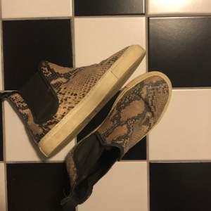 Ormskinn liknande skor, säljs för 200kr! Jag älskar verkligen dessa skorna men de är för små! :((( storlek 38
