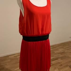Röd klänning från Vero Moda. Storlek: XL