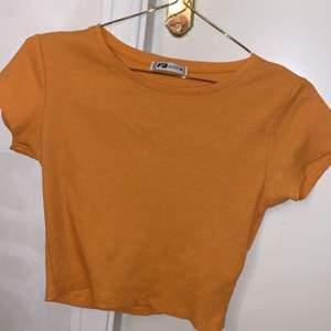 """orange ribbad magtröja från new yorker. storlek M men känns lite mer större och """"pösigare"""""""